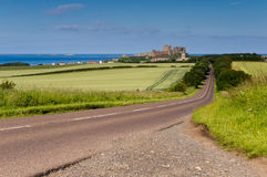 дорога замока bamburgh к Стоковое фото RF