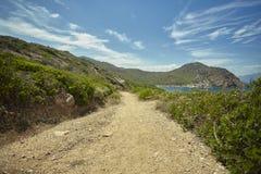 Дорога земли которая бежит вдоль моря Стоковая Фотография RF