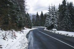 Дорога зимы в горах Стоковые Изображения
