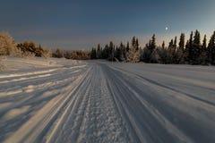 Дорога зимы в рассвете Стоковые Изображения