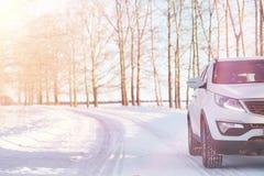 Дорога зимы и автомобиль стоковое фото