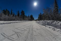 Дорога зимы к ноча Стоковая Фотография