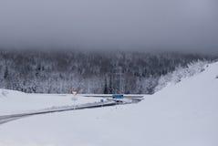 Дорога зимы между горами Стоковое Изображение