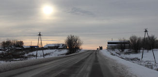 Дорога зимы пропуская через сельскую местность Стоковые Изображения RF