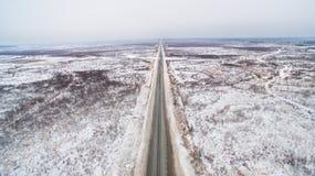 Дорога зимы прямая в Сибире Вид с воздуха России Стоковое фото RF