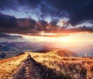Дорога зимы драматическое место сказовый заход солнца Волшебство осени Стоковые Изображения RF