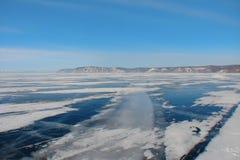 Дорога зимы через замороженное озеро стоковые фотографии rf
