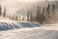 Дорога зимы Snowy во время вьюги в России Шторм сильного снегопада Стоковое Фото