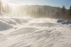 Дорога зимы Snowy во время вьюги в России Шторм сильного снегопада Стоковое фото RF
