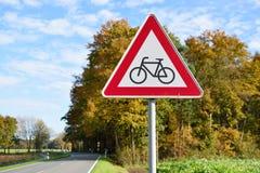 Дорога знака велосипедистов вперед в Германии Стоковая Фотография