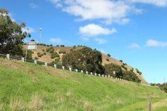 Дорога, знаки, барьеры безопасности и травянистый обваловка Стоковые Фото