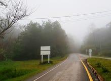 Дорога идя внутри к фото тумана Стоковые Изображения