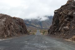 Дорога идя в расстояние через горы Стоковое Изображение