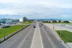 Дорога и автомобиль, взгляд сверху, надпись на доме - l Стоковое Изображение