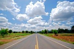 Дорога и большие облака Стоковая Фотография RF