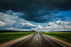 Дорога и бурное небо стоковые фотографии rf