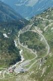 Дорога и здания близрасположенное Sustenpass в Альпах в Швейцарии Стоковое Изображение