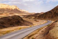 Дорога и кривая в ландшафте пустыни песчаника, Израиль Стоковое фото RF