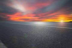 Дорога и небо асфальта стоковые фотографии rf