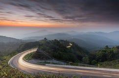 Дорога и сумерк кривой предпосылки восхода солнца природы изумительная красят взгляд долгой выдержки Популярная гора перемещения  Стоковые Фото