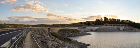 Дорога и тропа над Jindabyne запруживают стену с предпосылкой горы Стоковое Фото