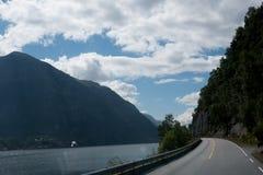 Дорога и фьорд Норвегии Стоковая Фотография RF