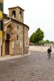 Дорога и часть церков в Вероне Италия 07 05,2017 Стоковые Фотографии RF