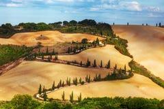 Дорога кипарисов змейчатая в Тоскане, Италии Изумляя тосканский ландшафт Стоковые Изображения RF