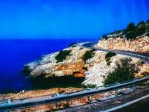 Дорога которая бежит вдоль моря Стоковое Фото