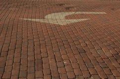 Дорога красного кирпича с стрелкой покрашенной белизной Стоковые Изображения RF