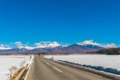 Дорога к горе в зиме (Япония) Стоковое фото RF