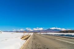 Дорога к горе в зиме (Япония) Стоковые Фотографии RF