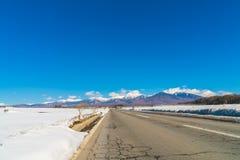 Дорога к горе в зиме (Япония) Стоковая Фотография