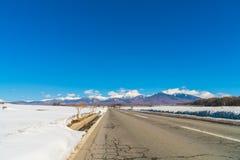 Дорога к горе в зиме (Япония) Стоковые Изображения