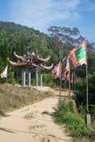 Дорога к горе Taku с флагами и сводом буддиста стоковые изображения rf