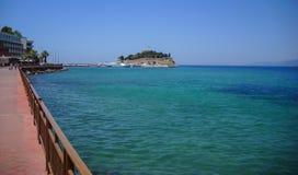Дорога к крепости острова голубя, также известной по мере того как пираты рокируют, в гавани Kusadasi скопируйте космос Стоковая Фотография RF