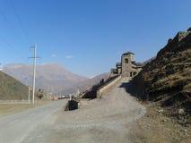 Дорога к монастырю ущелья Ossetia Kurtat стоковое изображение