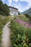 Дорога к дому горы стоковое фото
