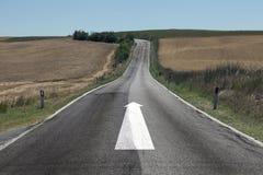Дорога ландшафта с символом прямой стрелки Стоковые Изображения