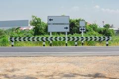 Дорога, линия раздела, дорожный знак, отдельная линия, проселочная дорога Стоковые Изображения RF