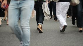 Дорога людей пересекая после автомобилей управляет мимо, ноги только, в реальном масштабе времени сток-видео