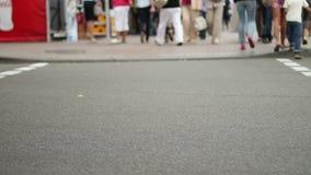 Дорога людей промежутка времени пересекая после автомобилей управляет мимо, ноги только акции видеоматериалы