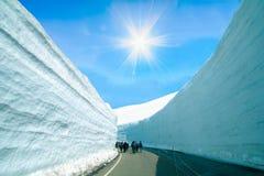 Дорога между стеной снега трассы Tateyama Kurobe высокогорной или Японией Стоковые Изображения