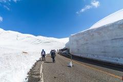 Дорога между стеной снега трассы Tateyama Kurobe высокогорной или Japa Стоковое фото RF