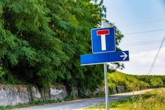 Дорога мертвого конца и знак направления Стоковая Фотография RF