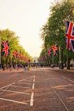 Дорога мола при флаги водя к Букингемскому дворцу Стоковое Изображение