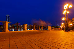 Дорога набережной и каменная стена на лете ночи стоковые фото