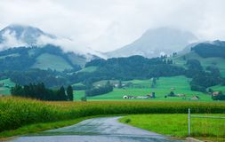 Дорога на горах Prealps в грюйере в Fribourg Швейцарии Стоковая Фотография