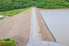 Дорога на запруде держит воду Стоковые Изображения