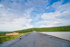 Дорога на запруде держит воду Стоковая Фотография RF